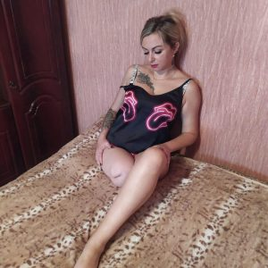 Amputee Carolina: Sexy housewife!